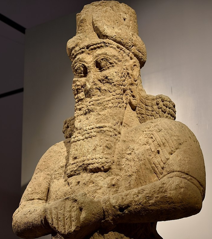 1200px-Colossal_statue_of_the_god_Nabu,_8th_century_BCE,_from_Nimrud,_Iraq_Museum